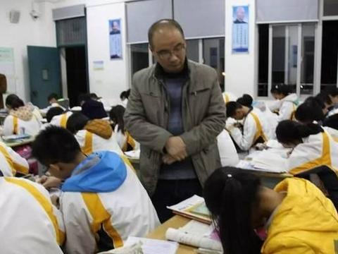 初中老师利用晚自习讲课,家长表示不能理解:白天不讲,晚上讲