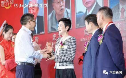 在电力行业工作35年,退休后的李小琳领到了终身成就人物奖