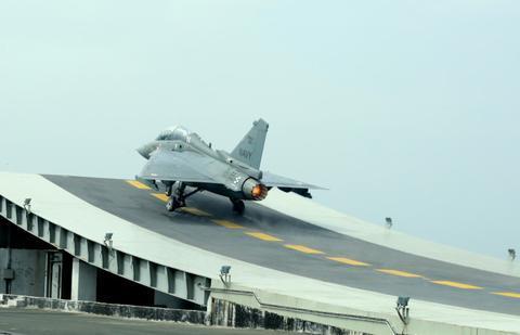 印度何时搞了个国产舰载机?东拼西凑出来的牛皮机 战力全球垫底
