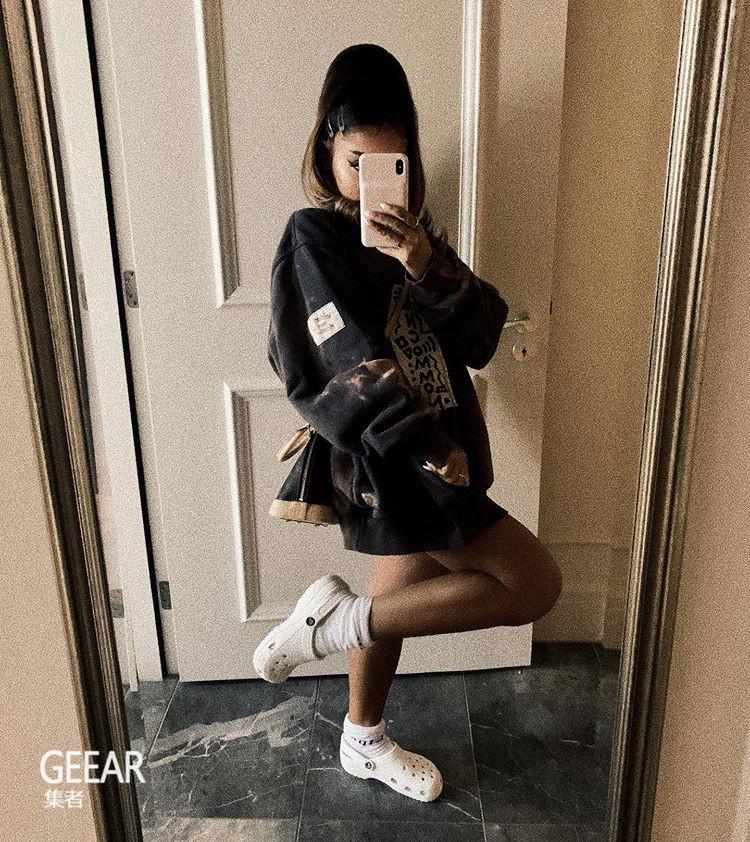 丑时尚瞬间变潮流:Ariana Grande如何穿Crocs搭配长袜!