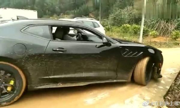 视频:豪车科迈罗跑车下乡,吸引来不少村民观看,土豪回去又有得洗了