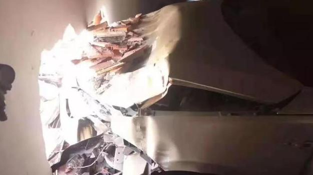 青岛差点上演空中坠车 楼上停车场被撞窟窿 墙体坠落砸伤楼下人员