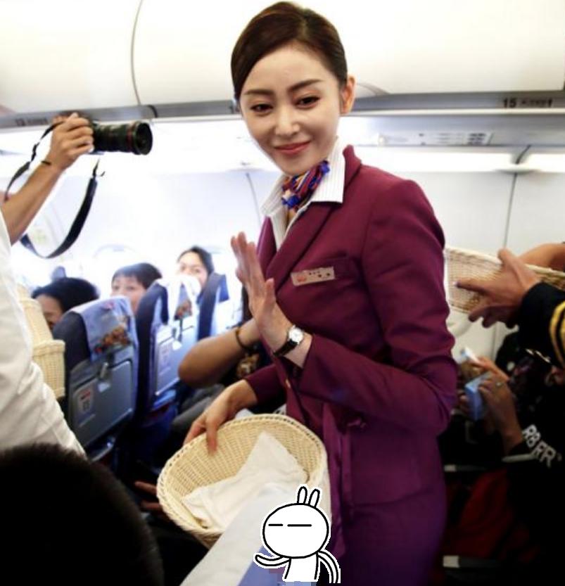 《中国机长》高空路演,李沁穿空姐制服,却不如年龄最大的袁泉?