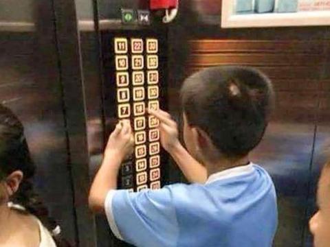 """5岁娃电梯里乱蹦,孩妈:""""我儿子才5岁"""",被十岁娃霸气教育"""