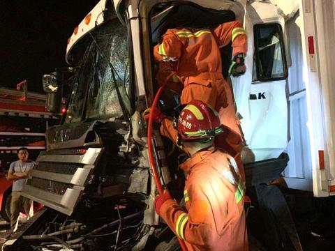 嘉兴深夜快递货车相撞 消防紧急救援被困人员