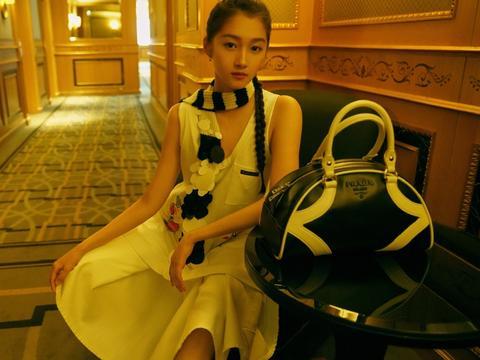 关晓彤现身时装周,穿白色刺绣裙扎麻花辫,满屏都是少女气息