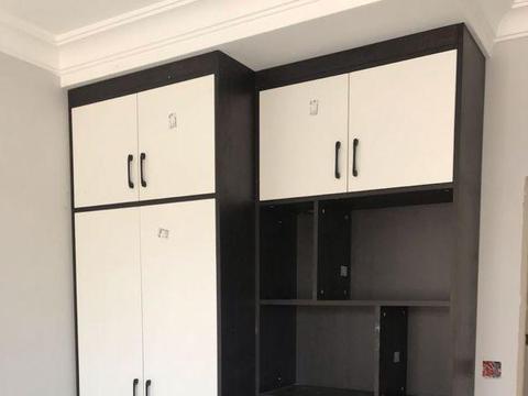 新房的硬装快要完工,全屋的黑白定制柜很是抢眼,朋友也说好看