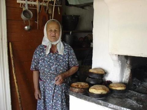 俄罗斯农村:美女也要下地干农活,可惜了啊……