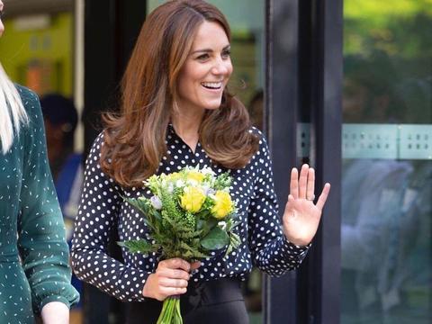 37岁凯特王妃气质真好,波点衬衫上衣搭配黑色西裤,优雅又大气