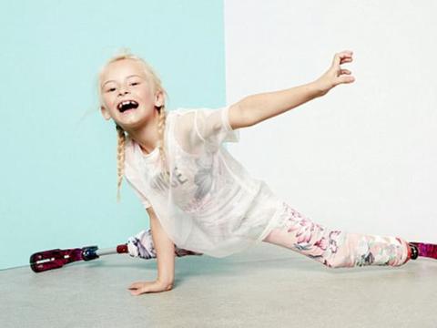 双腿截肢的7岁英国小姑娘装上义肢T台走秀,气场不输名模!