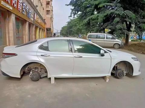 小伙开车回老家过中秋节四个车轮被偷走,汽车:这是人干的事儿?