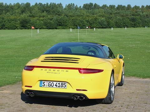 保时捷911,一台从刚开始生产就成为人们高端性能车的评判标准