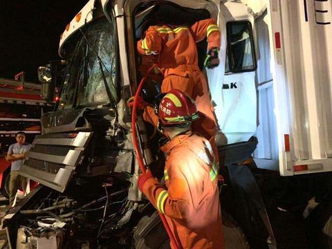 嘉兴深夜快递货车相撞 消防救援被困人员 行车要保持安全距离