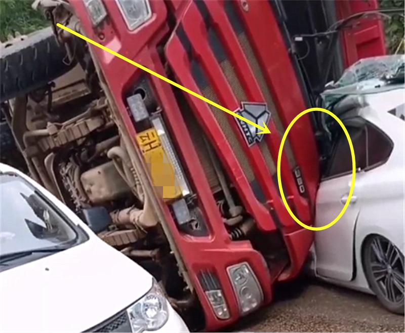 """大货车撞上8万标致308,A、B柱直接被压扁,三厢车变成""""两厢"""""""