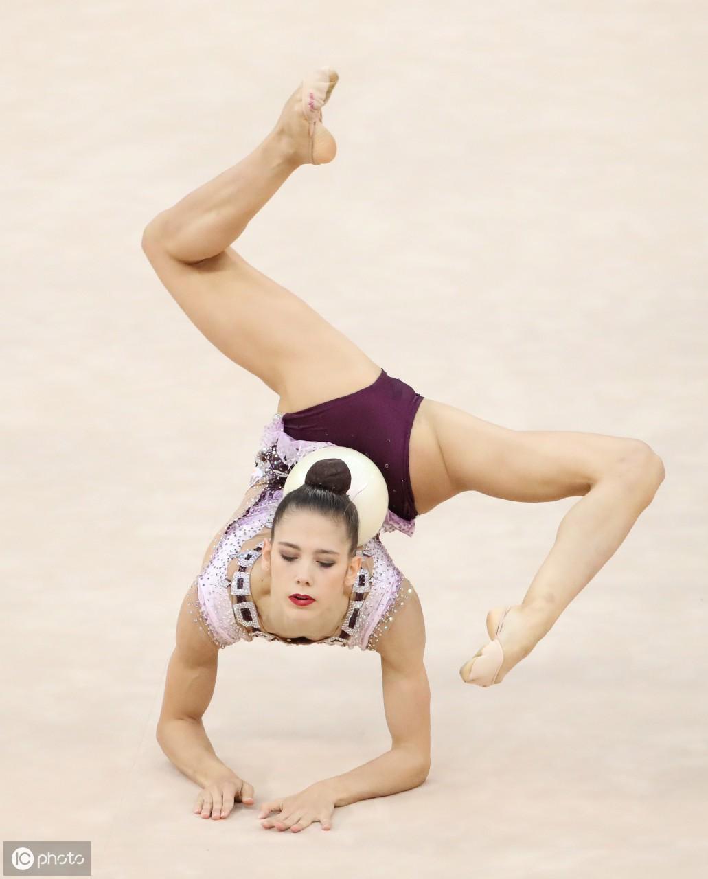 阿塞拜疆巴库举行的有节奏体操世界锦标赛个人全能决赛上表演