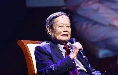 杨振宁上台拿奖不忘秀恩爱!他与翁帆甜蜜15年,学会对太太撒娇