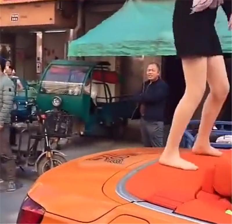 一批网红齐聚宁波,座驾都是敞篷跑车,一个个站车顶跳舞,想走红