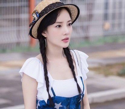 李小璐复出后开始卖衣服,亲自设计和当模特,网友:和网红一样