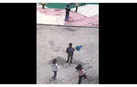 终于知道熊孩子拿伞必散架的原因了,看到这一幕,妈妈气得牙痒痒