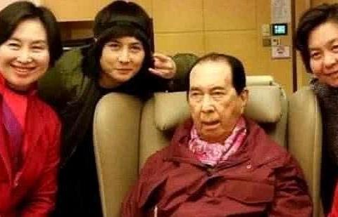 何鸿燊97岁大寿,赌王拍家庭合照戴墨镜,网友:各房也是费尽心思