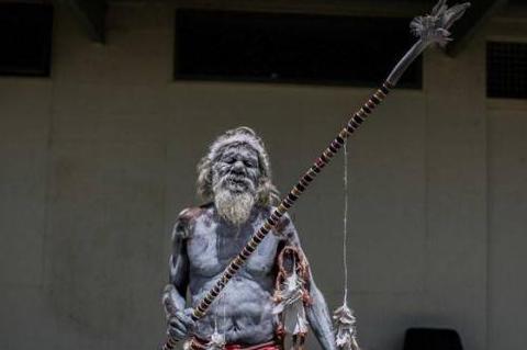 澳洲原始部落的女孩,到城里读完大学,毕业典礼时爷爷来了