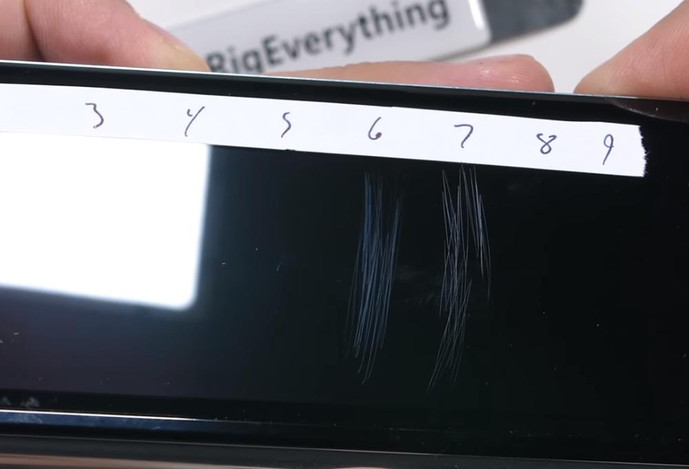 三星折叠屏手机耐用性测试:屏幕易划伤 微粒仍会进入内部