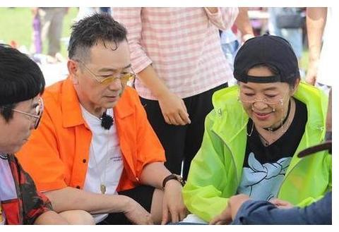 60岁倪萍瘦成锥子脸,一身潮牌上节目遭网友吐槽:都瘦脱相了!