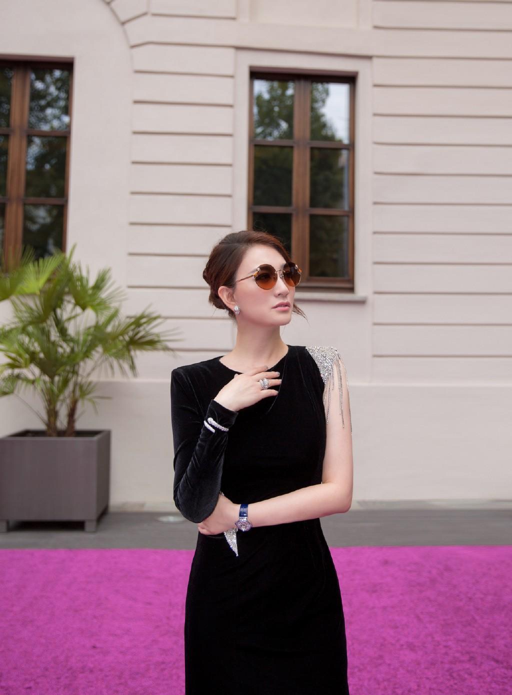 她出道23年却戏红人不红,今穿黑色拼接丝绒裙,尽显优雅大气