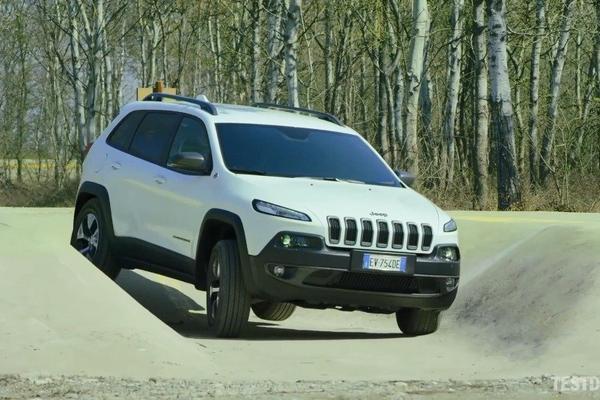 视频:Jeep自由光越野,悬架行程稍微有些短