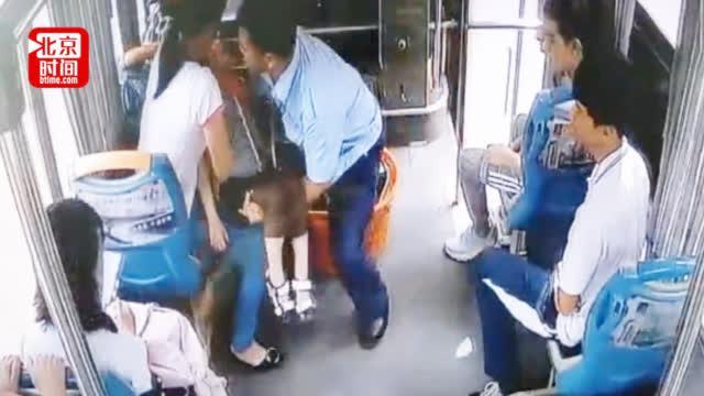 争分夺秒!男童乘车突然昏厥母亲尖叫求助 公交司机果断将车开进医院