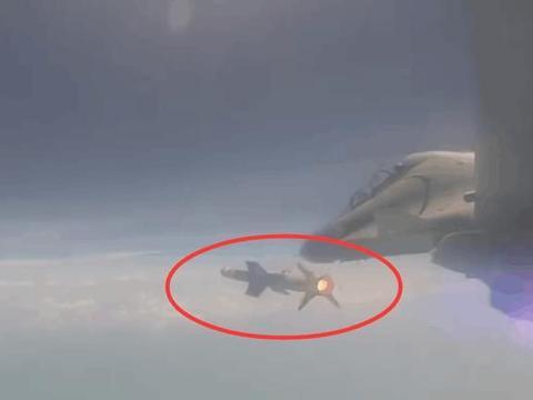 一架苏30紧急升空,发射导弹打爆空中目标