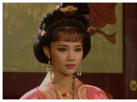 两人同演《康熙王朝》走红。如今一人片约不断,一人却无戏可拍