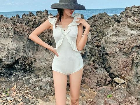 模特海滩拍写真,白色比基尼大秀完美身材,一双玉腿太诱人了
