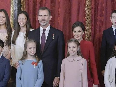 西班牙王后日常出街也这么优雅,两女儿颜值衣品随妈美得似芭比