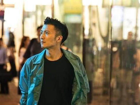 谢霆锋新专辑即将上线,在生活过的香港回味人生,穿格子衫太帅了