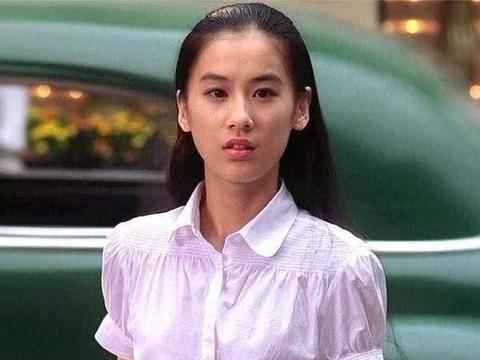黄圣依穿风衣配高领,穿出成熟女人的高级感,有这气质能一直红!