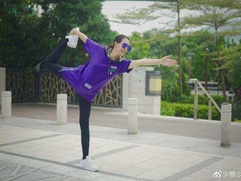 46岁蔡少芬素颜戴墨镜酷,穿大码卫衣练瑜伽,四肢修长不像怀三胎