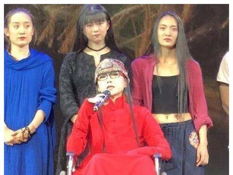 杨丽萍患病坐轮椅现身,小彩旗抢镜:浑身臃肿,昔日仙气不在!