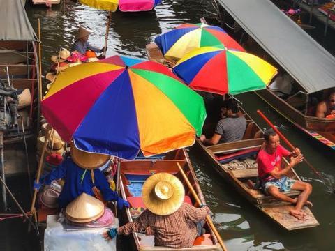 """泰国最""""个性""""菜市场,商贩在水面上摆摊,游客全程都在坐船"""