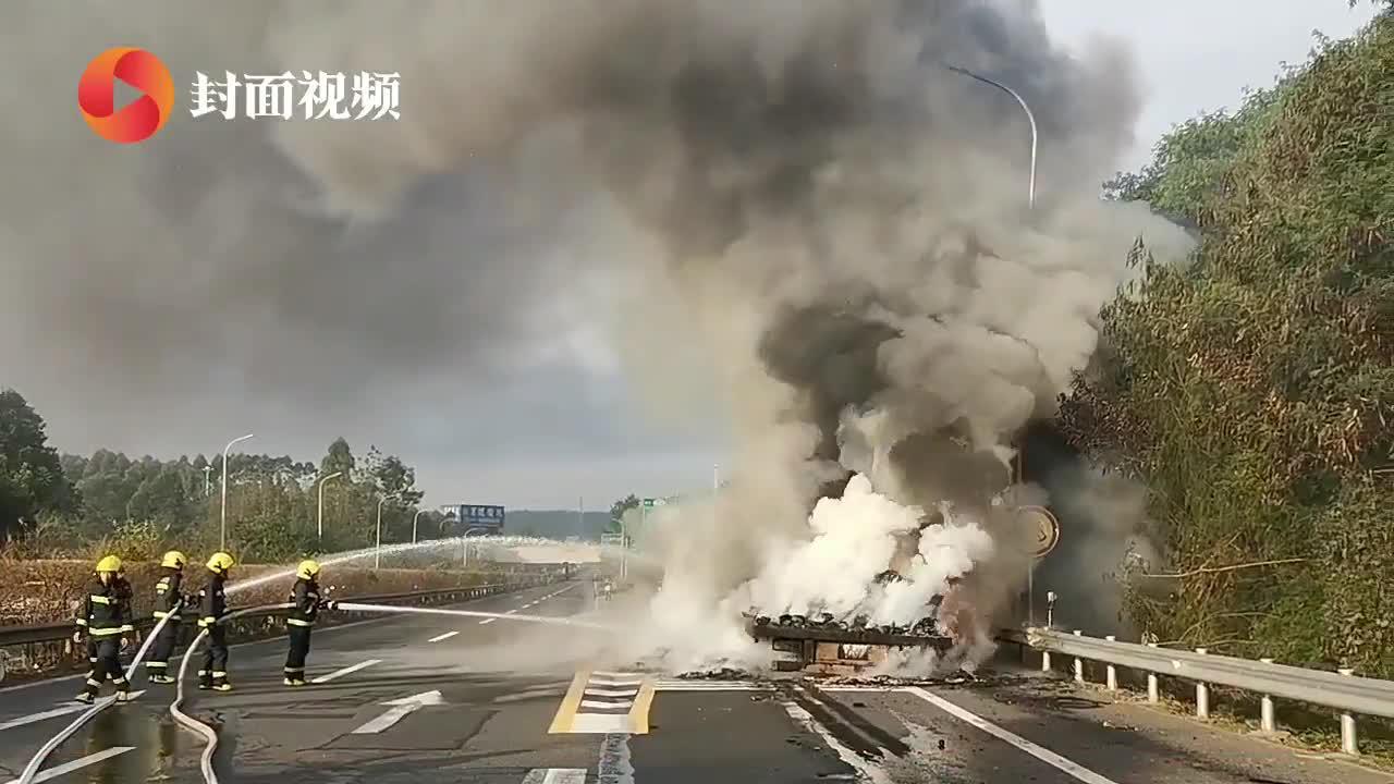 四川南充:货车高速起火 消防紧急救援