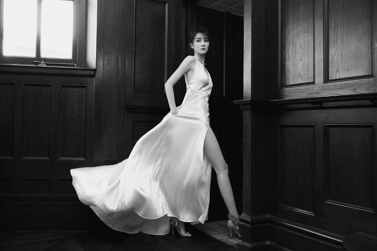 她澄清自家没有3亿豪宅,今穿香槟色开叉长裙,露美腿大气吸睛