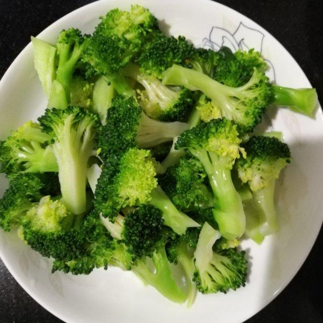 清炒西兰花,简单清爽的美味,晚餐吃一点也不腻