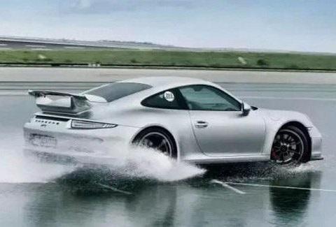 下雨天开车需要注意什么?这几点老司机常牢记!