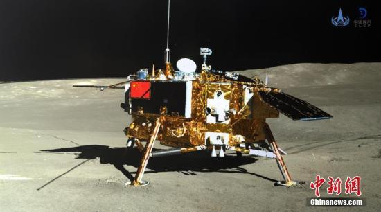 材料图:玉兔两号巡查器齐景相机对嫦娥四号着陆器成像。中国国度航天局供图