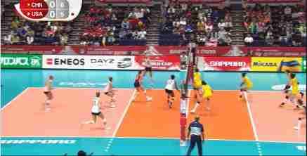 郎平为朱婷扣球竖大拇指!中国女排2比0打懵美国,王牌两局轰16分