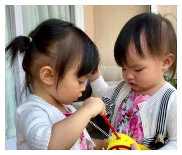 熊黛林晒双胞胎女儿近照,姐姐随妈五官精致,但妹妹辨识度更高