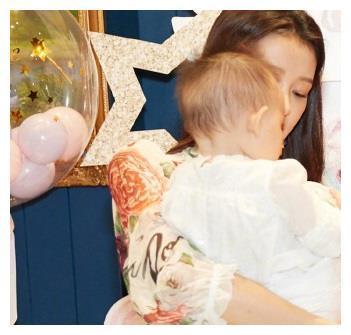董子健女儿2岁生日,夫妻俩把家布置得像游乐场,董大福好可爱
