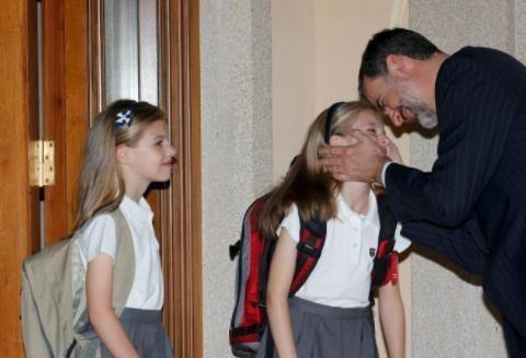 西班牙公主超受宠!国王亲昵捧脸牵手,莱蒂齐亚王后亲手梳发