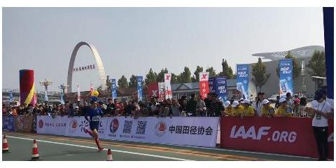 中国警察马拉松衡水湖邀请赛男子全马第一名代俊峰是一名警马老将