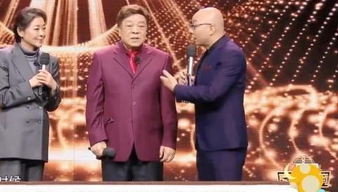 60岁倪萍一身潮牌上综艺遭嘲讽:瘦成锥子脸都脱相了